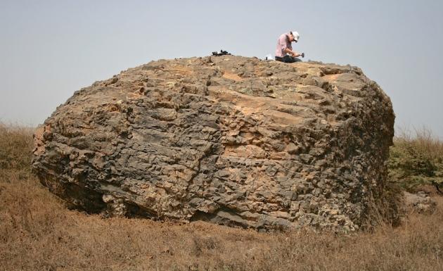 Le type de roche gigantesque qui a été amené par le mega Tsunami de Fogo.