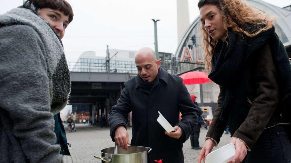 Alex Assali, un réfugié syrien donne de la nourriture aux SDF à Berlin