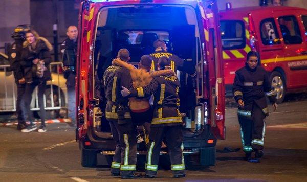 On transporte des blessés pendant les attaques sur Paris