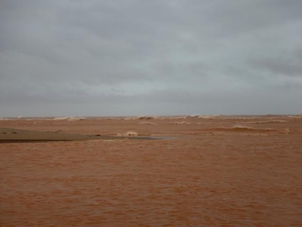 Le torrent de boue sur le littoral de Linhares